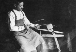 Eustache ou Eustakio le premier fabricant de xistera de la famille Gonzales. Photo issue du catalogue Pilota Gogoan du Musée Basque